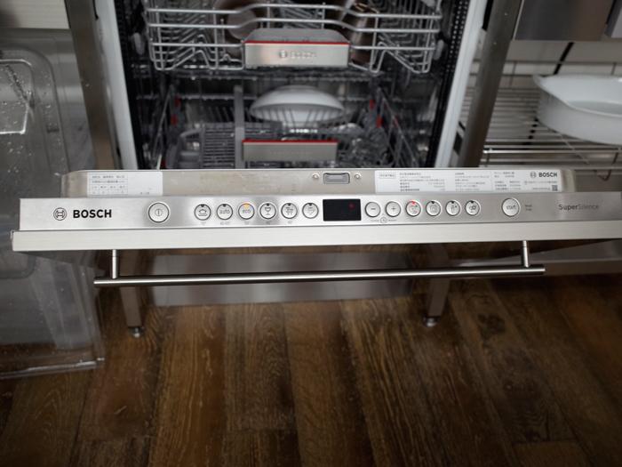 フル面材タイプは扉上面にコントロールパネルが位置する