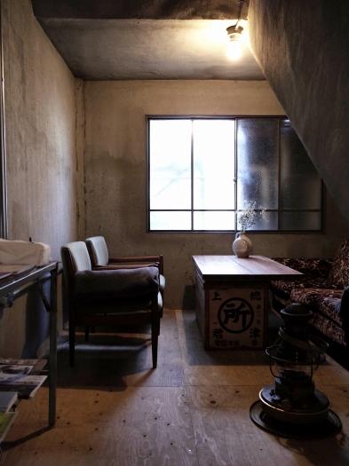 階段下のくつろぎスペース。建物と再利用した建材の素材感が絶妙な感じ。