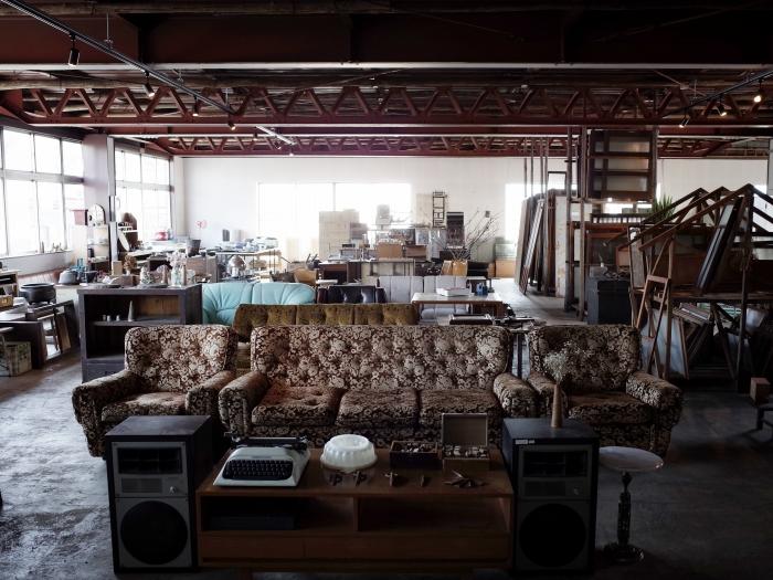 家具や古道具が並ぶ2階の売り場。
