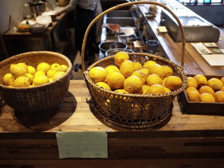 捨てられてしまう傷物の果物などもレスキュー販売。カフェの看板メニュー、カレーが絶品。