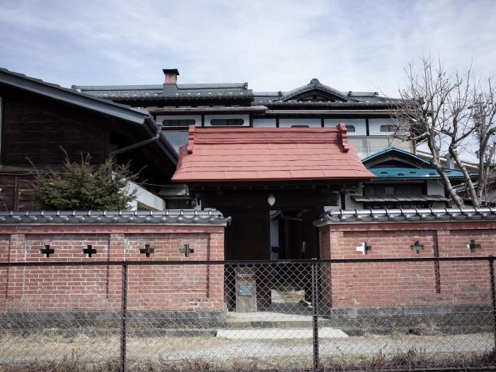 マスヤゲストハウスの入り口。煉瓦造りの塀がいかしてます。